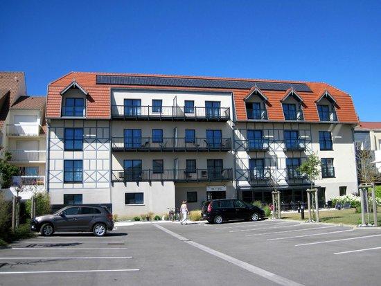 Les Jardins d'Hardelot : achterzijde hotel met privé parkeerplaats.