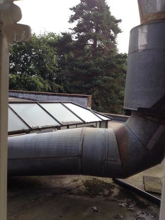 Ye Olde Bell Hotel & Restaurant: Giant extractor fan outside our room