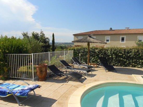 Hotel Le Gardon : Pool und Hotel