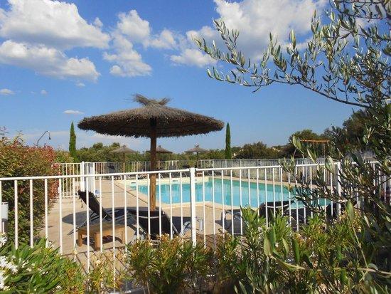 Hotel Le Gardon: Pool mit Schirmen