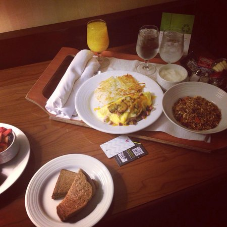 Denver Marriott City Center: Breakfast!! Room service!! Denver omelette & yogurt