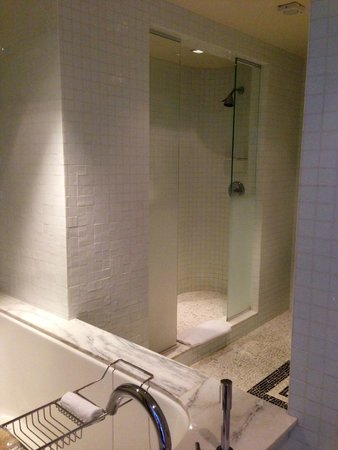 The London West Hollywood at Beverly Hills: Shower and bath