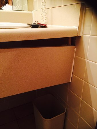 Ramada Waterloo Hotel and Convention Center: Bathroom sink falling apart