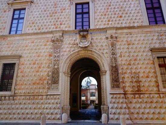 Palazzo dei Diamanti: .