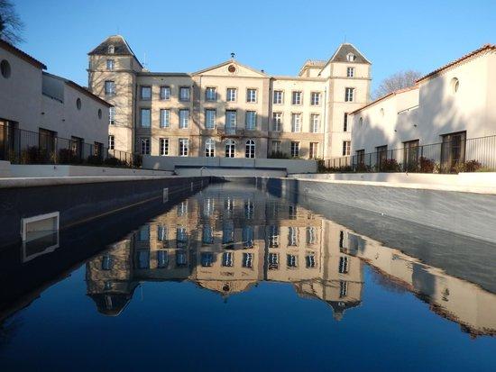 CHATEAU DE LA REDORTE : Une vue superbe du bâtiment principal du bout de la piscine