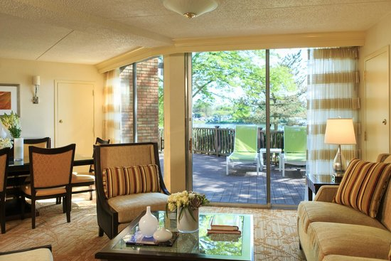 Lincolnshire Marriott Resort: Our Suites are full of simple luxuries.