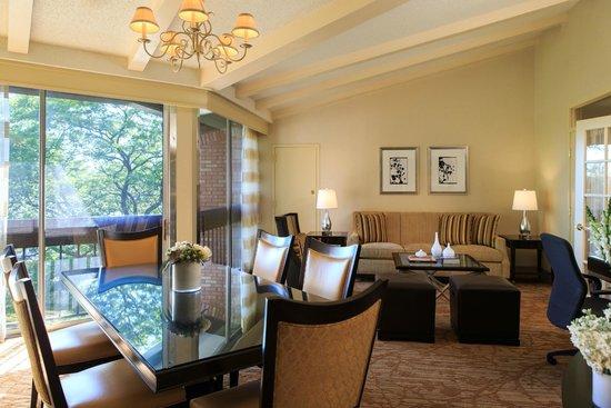 Lincolnshire Marriott Resort: Modern conveniences abound in our suites.