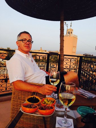 Riad Dar Anika: Wine on the terrace in the evening