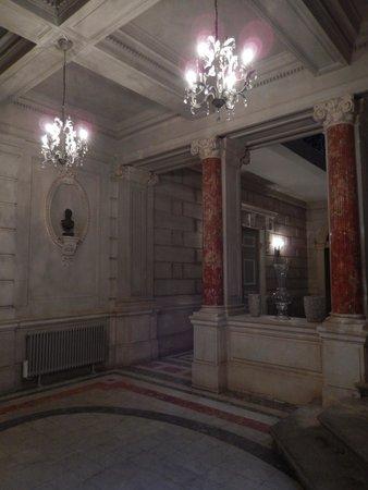 CHATEAU DE LA REDORTE : Le hall qui mène vers le grand escalier et les étages du château
