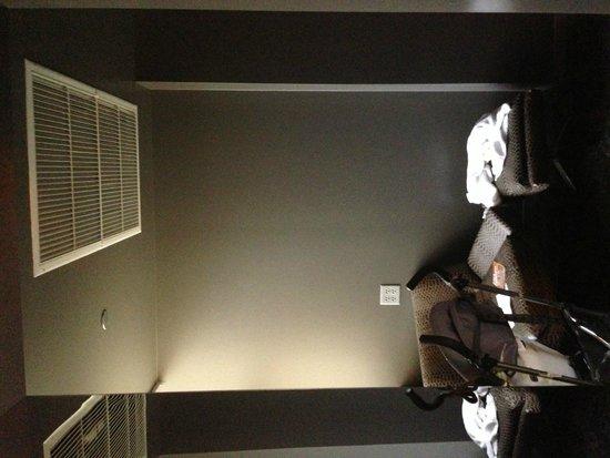 Hard Rock Hotel Chicago: Dark, dreary entryway
