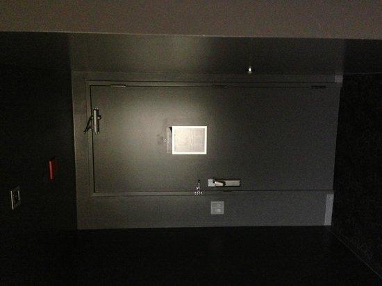 Hard Rock Hotel Chicago: Suite entrance- VERY dark, depressing