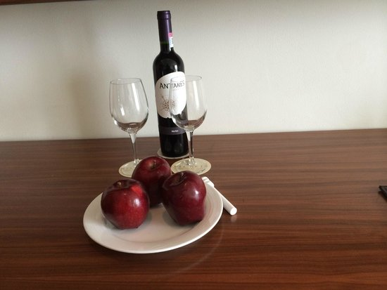 Secrets The Vine Cancun : welcome wine and fruit in preferred room