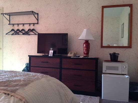 Fitzgeralds Motel: second floor double bed room, flat screen, microwave, refrigerator