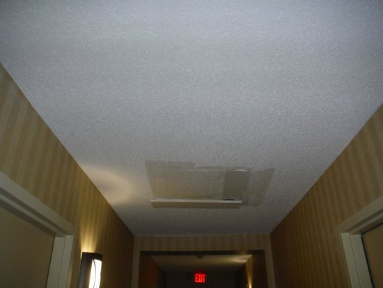 Ramada Groton: Odd ceiling patchwork in hallway and room