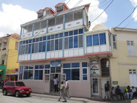 Deyna's City Inn: Hotel as seen from bus station