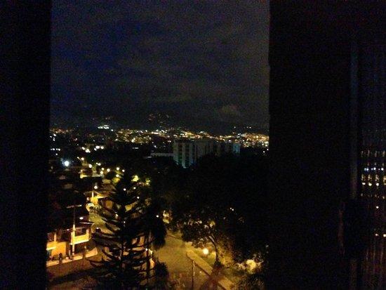 Portal del Rodeo Aparta Hotel: Medellin at night