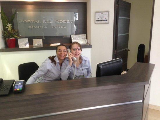 Portal del Rodeo Aparta Hotel: Front desk ladies, notice the smiles!