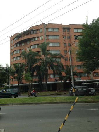 Portal del Rodeo Aparta Hotel: Hotel view from across the big traffic circle looking at the hotel