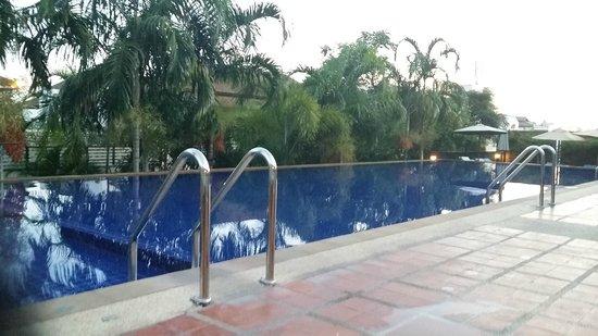 Aonang Cliff Beach Resort: Hotel pool