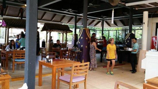 Aonang Cliff Beach Resort: The Cliff Restaurant where the breakfast provided