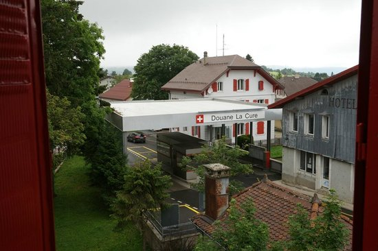Hotel Arbez Franco-Suisse : View from room to Border Control Post