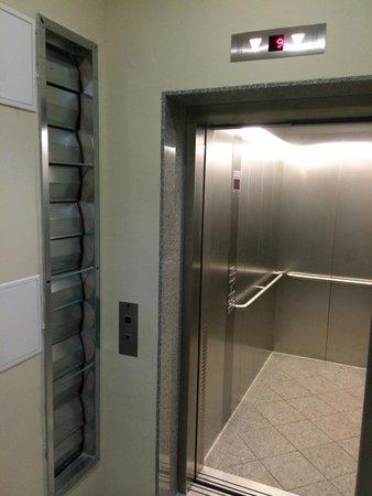 mondrian suites berlin Checkpoint Charlie: Fahrstuhl