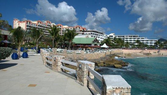 Sonesta Maho Beach Resort, Casino & Spa : Hotelli ja Palms Grille dustalla