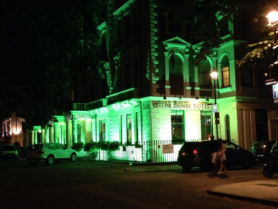 Mitre House Hotel: Hotel at night