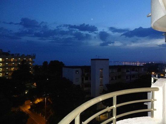 Ohtels Playa de Oro : вечерний вид