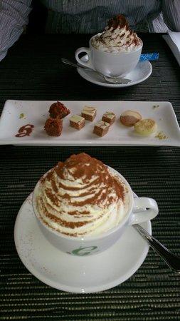 Hotel Gloria Restaurant: Cappuccino mit Rahm und Beilage des Hauses