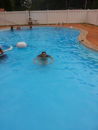 Clearwater Lake Resort: Kids having fun at the pool.