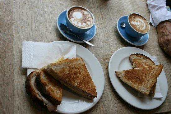 Fitzbillies: Desayuno: capuccino y sandwich
