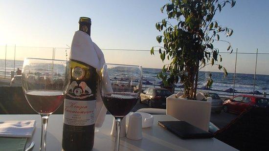 Atlantis Beach Hotel : Uitzicht vanuit het hotel terras op de zee