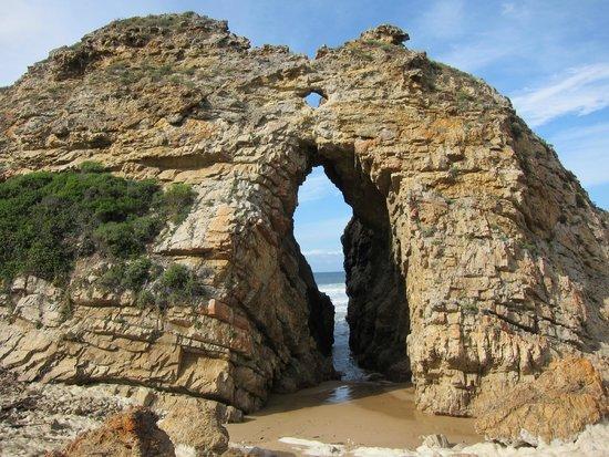 Arch Rock Seaside Accommodation: Arch rock