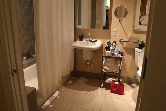 Sofitel Los Angeles at Beverly Hills: Bathroom - Tub upon request/sink