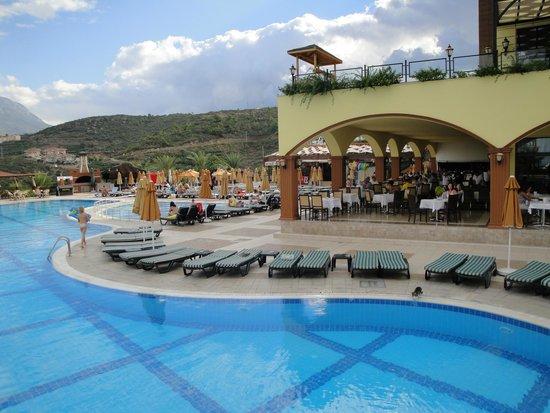 Utopia World Hotel: Бассейн  рядом с обеденной зоной