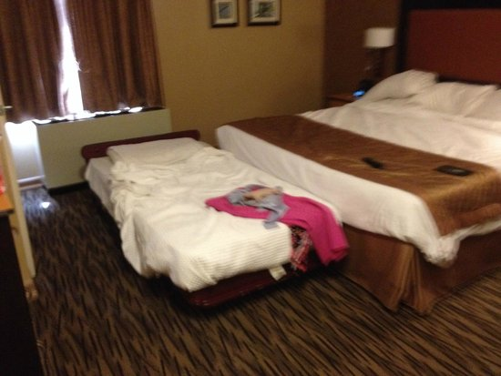 La Quinta Inn & Suites Manhattan : King with a cot and still room to move around