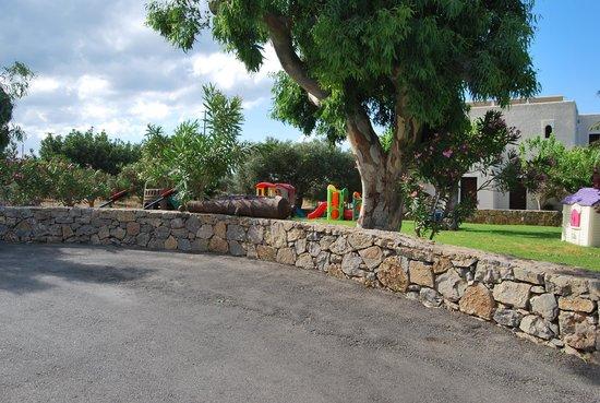 Vritomartis Naturist Resort: Vue de côté arrière