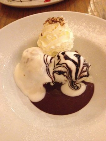 Pani's Cafe Bar: White chocolate sauce on brown chocolate profiteroles