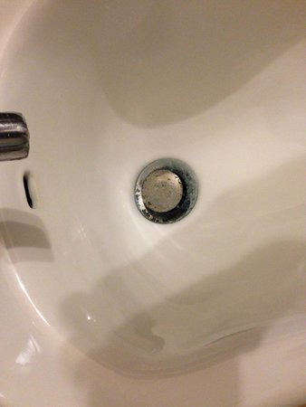 Fownes Hotel: Dirty and corroded sink fitting