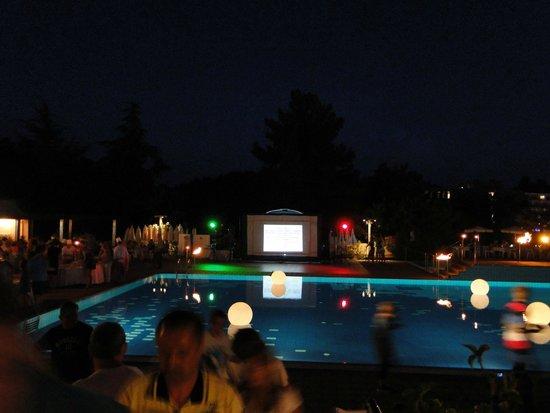 Valamar Crystal Hotel: Вечером около бассейна