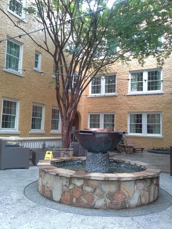 Artmore Hotel : The courtyard by day