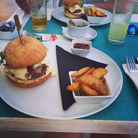 Santos Ibiza Coast Suites: Really tasty burgers