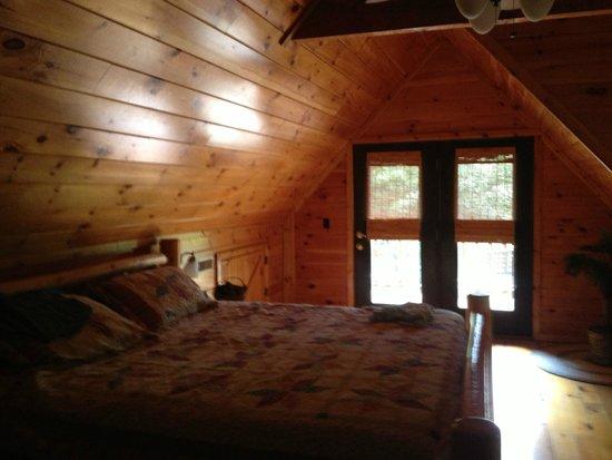 Buckeye Cabins: Loft bedroom with Balcony!