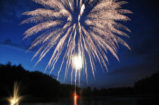 Sunny Hill Resort and Golf Course : Fireworks at the Friday night Lake Party