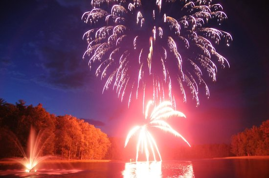 Sunny Hill Resort and Golf Course : Fireworks show at the Friday night Lake Party