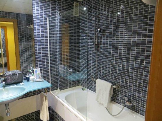 Hotel Silken Puerta Malaga: Bathroom