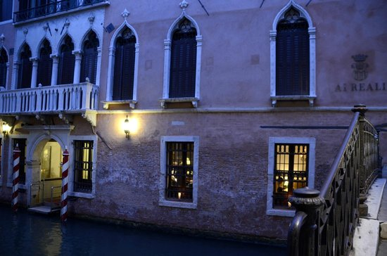 Hotel Ai Reali di Venezia: view at dusk of the hotel