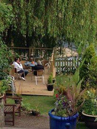 The Bull Inn : Decking area in the garden
