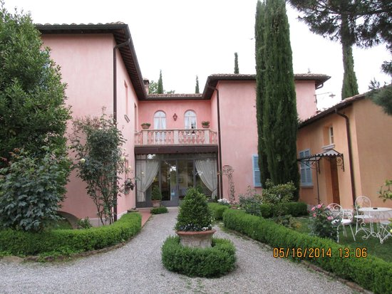 Albergo Il Rondo: The charming gardens outside the hotel.